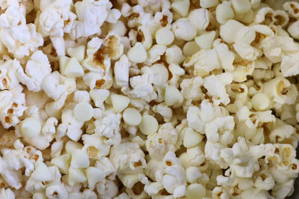 Bolas de popcorn o palomitas de maiz con chocolate blanco