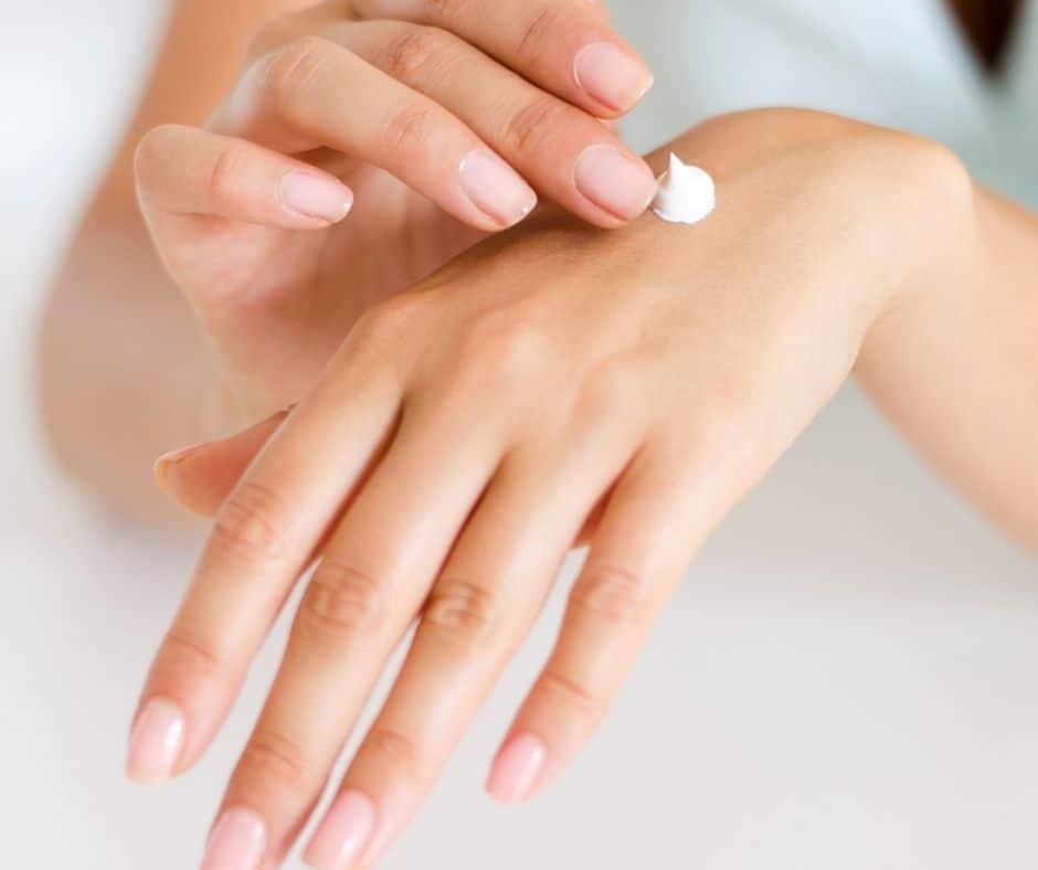 Aprende cómo cuidar y suavizar tus manos, especialmente si están resecas o maltratadas. Te enseñamos también cómo preparar un exfoliante natural.