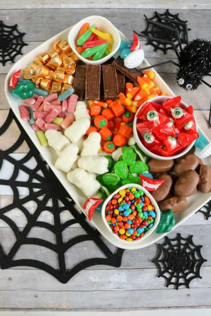 Aprende cómo hacer en pocos minutos una espectacular tabla de dulces, ideal para deleitar a grandes y chicos en Halloween.