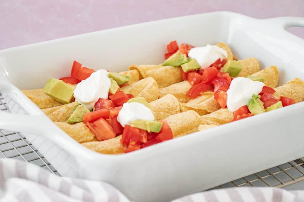 Esta receta de taquitos de pollo horneados tiene un toque especial: queso crema. Puedes congelarlos fácilmente y son muy fáciles de preparar.