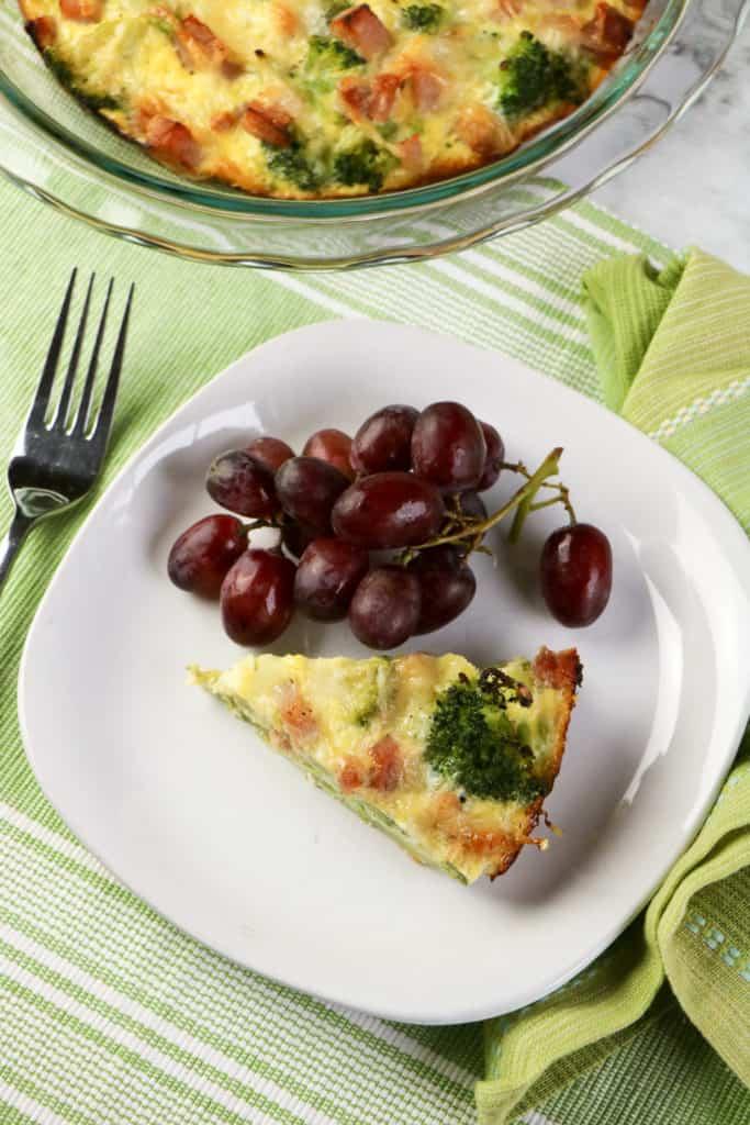 Esta deliciosa receta de tarta o quiche de jamón y queso no tiene masa, por lo que es ideal para quienes siguen una dieta libre de gluten o baja en carbohidratos.