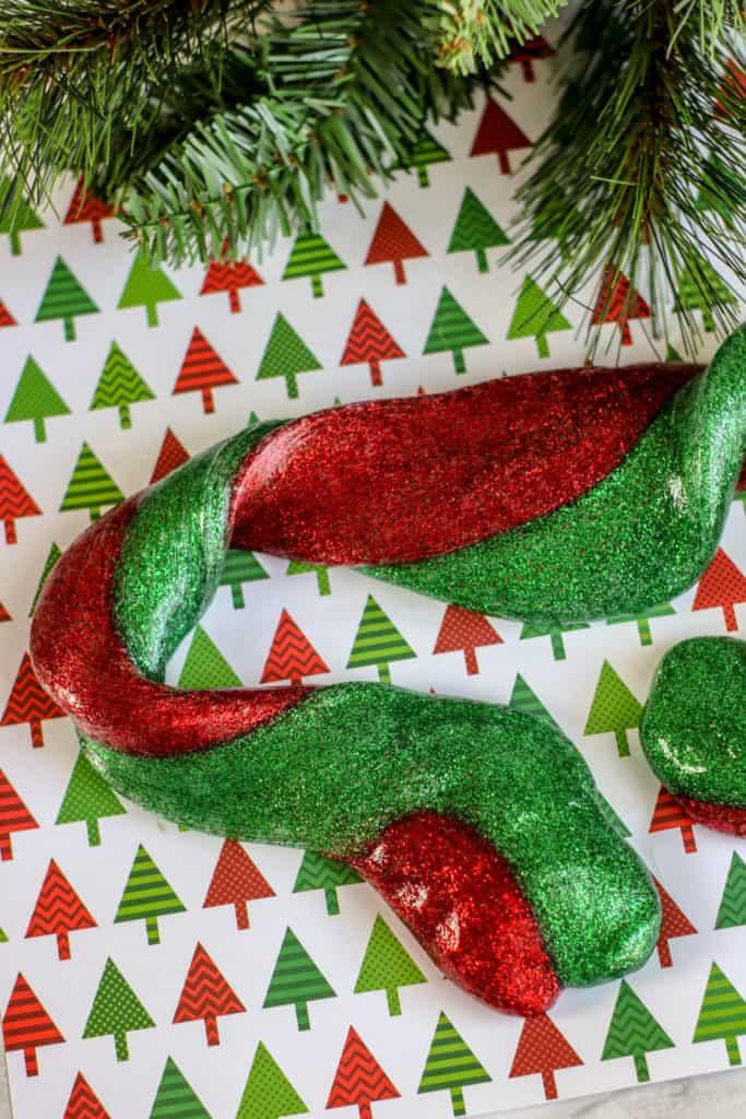 Esta receta de slime de Navidad en tonos rojo y verde es muy divertida y fácil de hacer. A los niños les encanta porque los relaja mucho.