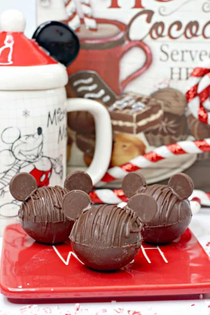 Esta es quizás la maner más bella de disfrutar de un riquísimo chocolate caliente. Aprende a hacer bombas de chocolate caliente en forma de Mickey Mouse.