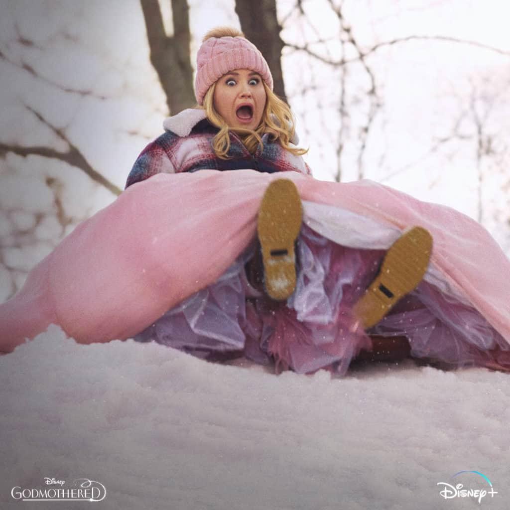 Si buscas una pelicula livianita durante esta epoca de fiestas, te encantara Godmothered con Isla Fisher y Jillian Bell, que se estreno en Disney+.