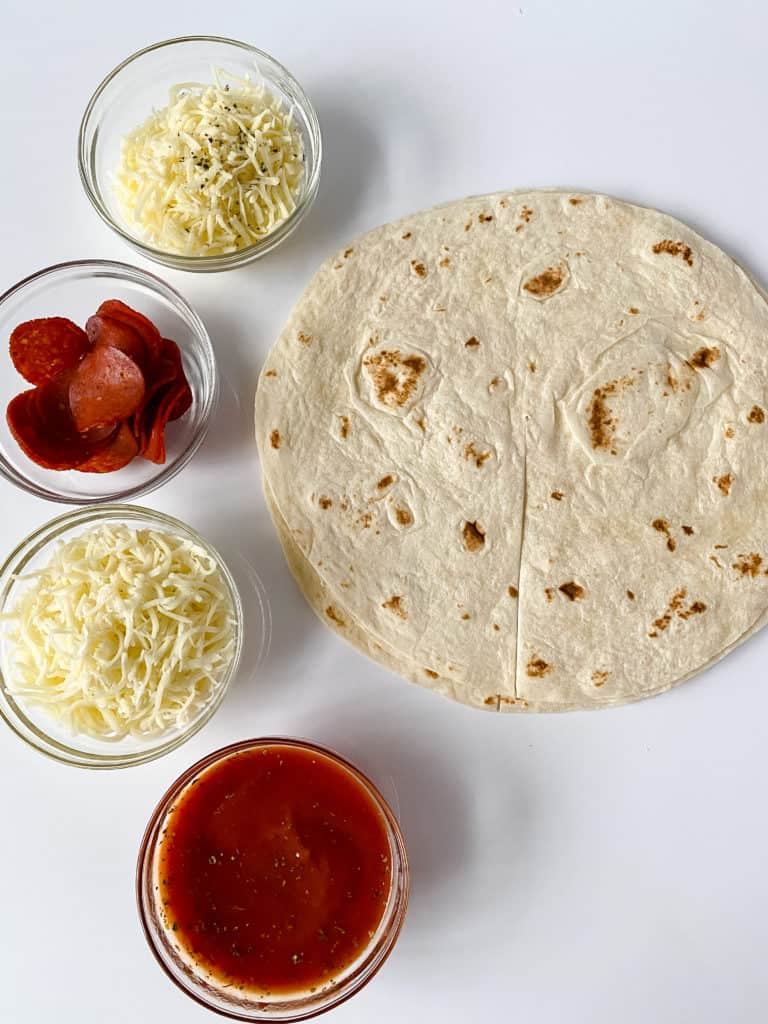 Ingredientes para hacer un wrap de pizza usando tortillas de harina