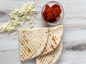 Hazte la vida más fácil siguiendo esta nueva tendencia que hace furor en TikTok. usa una tortilla de harina y prepara en pocos minutos un wrap de pizza delicioso.