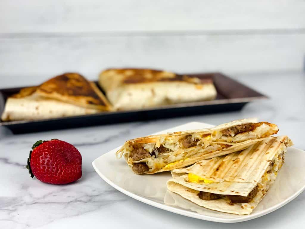 Prepara un desayuno diferente aprovechando el truco de la tortilla de TikTok. Este wrap de huevo revuelto con queso es delicioso y muy fácil de preparar.
