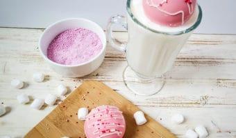 Bombas de Nesquik de fresa con leche caliente