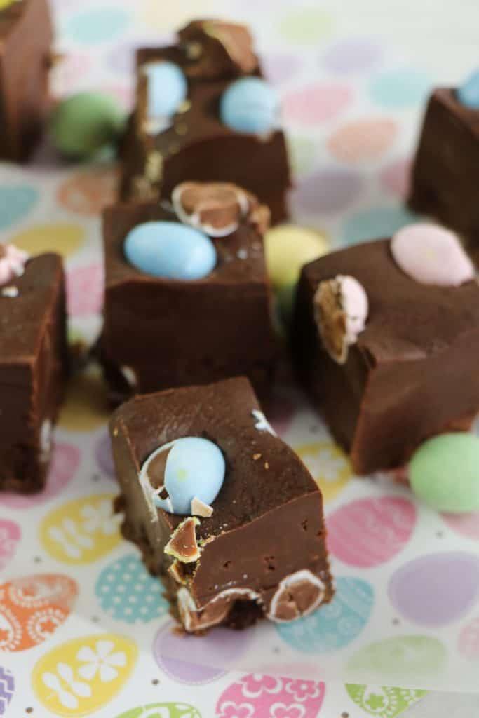 Aprovecha los huevos de chocolate para preparar este delicioso fudge o caramelo blando. ¡Solamente necesitas 4 ingredientes!