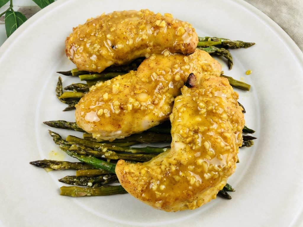 Deleita a todos en tu familia con esta receta muy fácil de pollo con salsa de mostaza y miel. Puedes prepararlo con espárragos y es muy saludable.