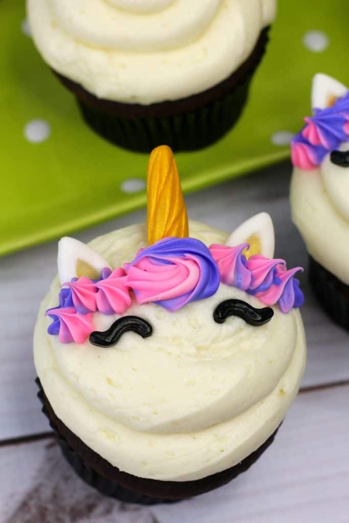 Aprende cómo decorar cupcakes de unicornio para celebrar un cumpleaños infantil. También puedes imprimir gratis adornos para cupcakes de unicornio.
