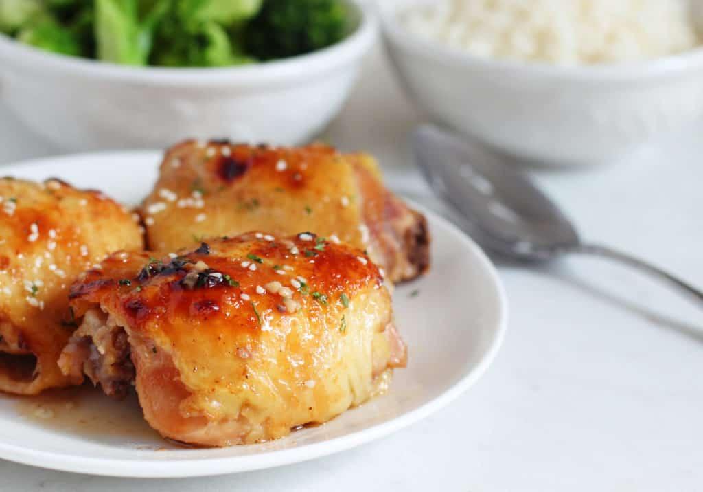 Muslos de pollo con salsa de miel, soya y ajonjolí o sésamo son tan fáciles y deliciosos que querrás hacerlos todas las semanas!